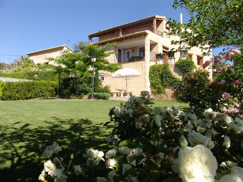 Casa-Sanz-fachada-posterior-y-jardin-(2)
