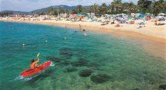 Santa Susanna nos ofrece dos kilómetros de playas amplias, de arena limpia y dorada, rodeadas de pinares.