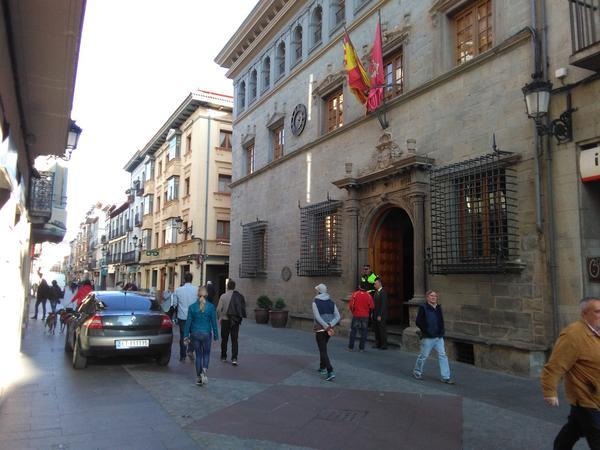 La fachada del Ayuntamiento, un exponente del plateresco aragonés. La Casa Consistorial encierra uno de los archivos municipales más valiosos de España, con reliquias documentales históricas datadas hasta en 1042.