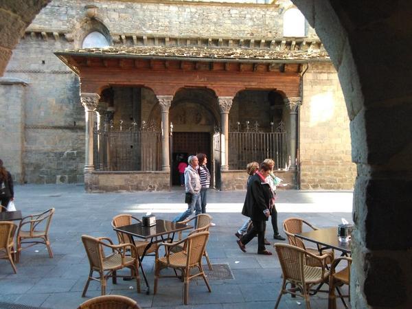 En los porches de la Catedral, uno se puede tomar unas tapas o una comida ante la puerta de uno de los primeros templos románicos de España.